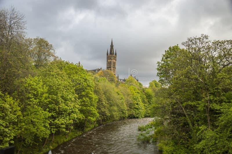 Universität von Glasgow-Turm, über dem Fluss Kelvin lizenzfreie stockfotos