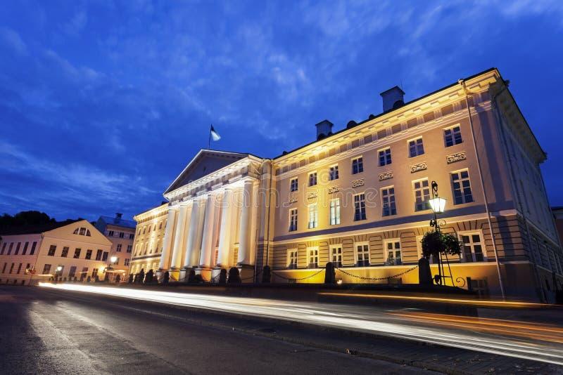 Universität von Tartu nachts lizenzfreie stockbilder