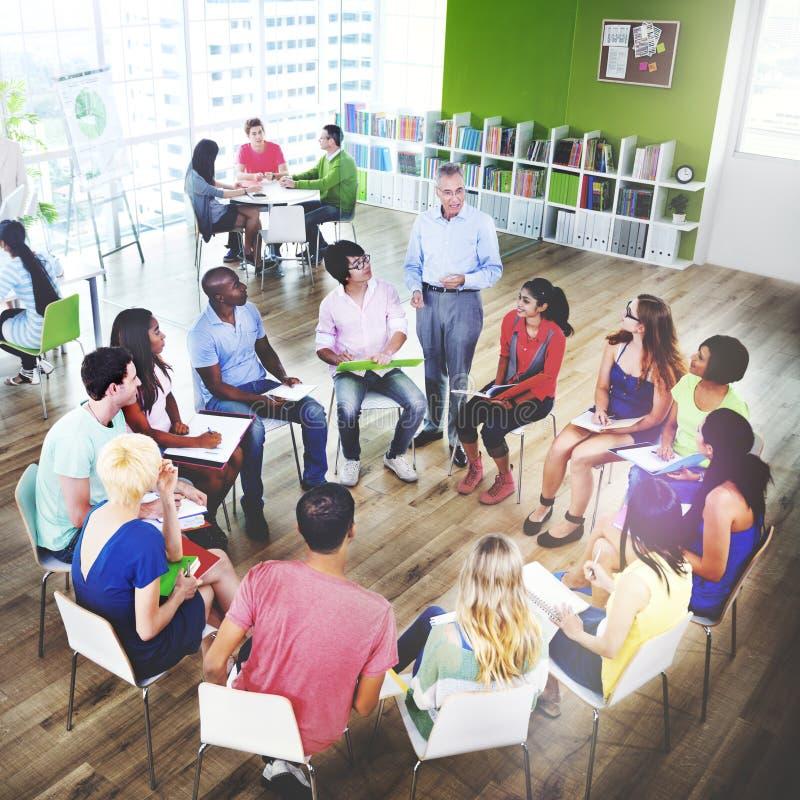 Université d'école d'étudiants enseignant apprenant le concept d'éducation image libre de droits