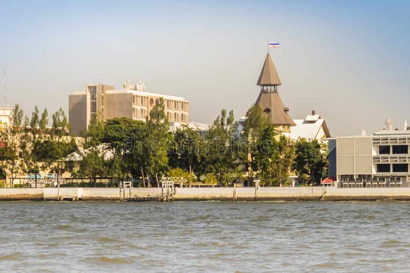 Université de Thammasat, vue de campus de Tha Pachan de Chao Phraya River Thammasat est l'institut en second lieu le plus âgé de  photos libres de droits