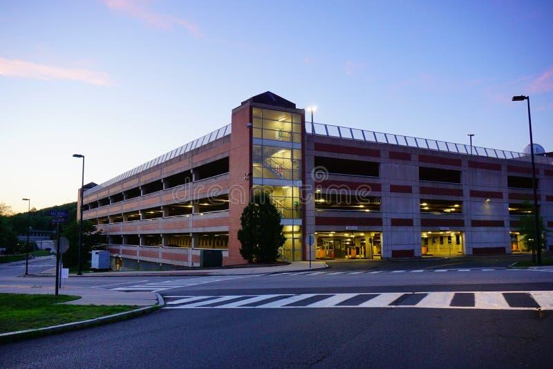 Université du bâtiment du Connecticut la nuit photographie stock