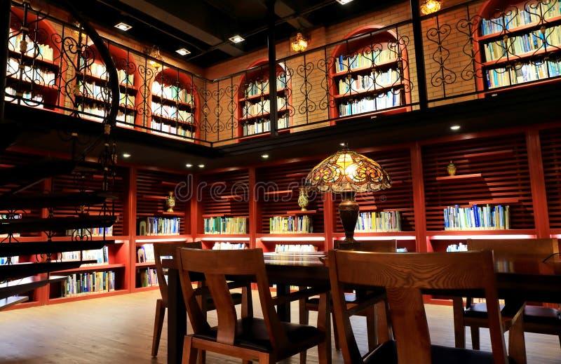 Universitaire bibliotheek, die ruimte van oude bibliotheek met boeken en boekenrek lezen stock fotografie