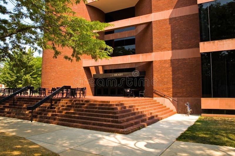 Universitaire campusbibliotheek stock afbeeldingen