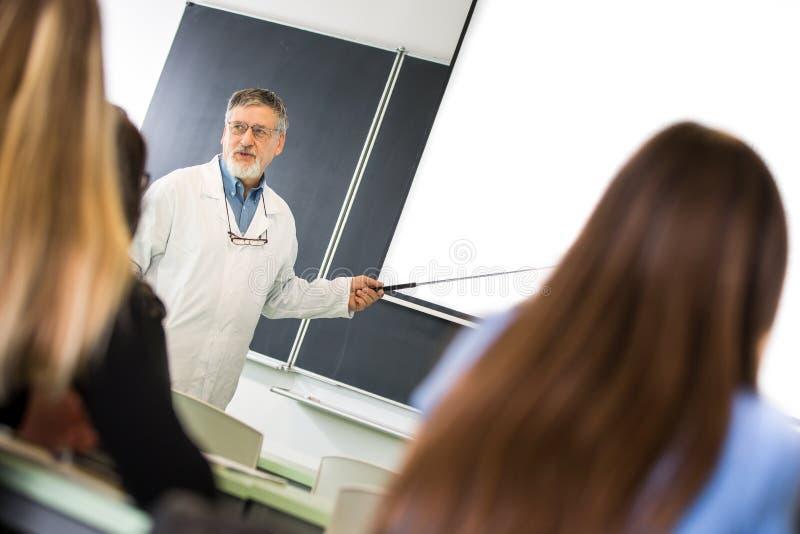 Universitaire chemie/geneeskunde/fysicaprofessor die lezing t geven royalty-vrije stock foto
