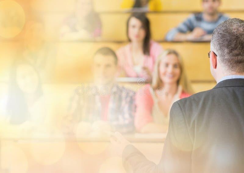 Universitaire leraar met klasse royalty-vrije stock fotografie