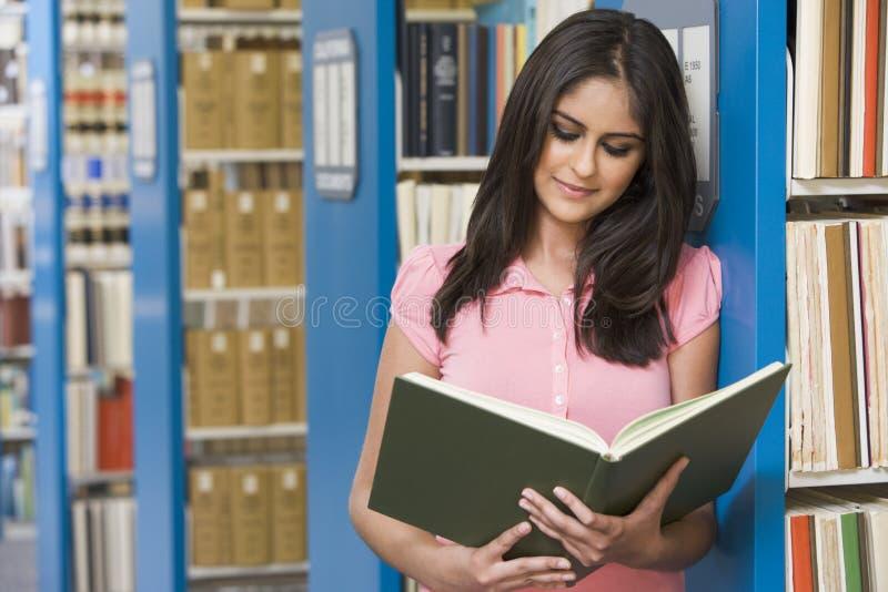 Universitaire student in bibliotheek stock fotografie