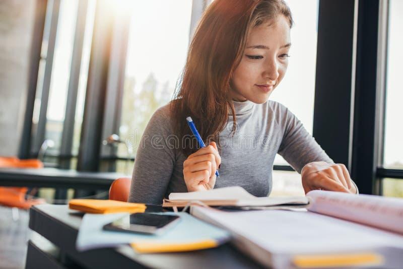 Universitaire student die voor definitieve examens voorbereidingen treffen stock foto's