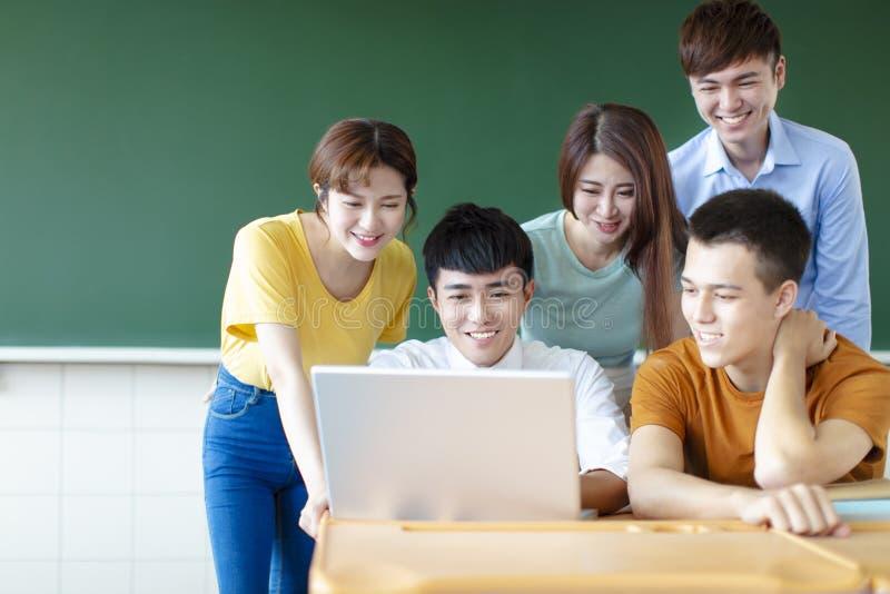 Universitaire Studenten die Laptops in klaslokaal met behulp van royalty-vrije stock foto's