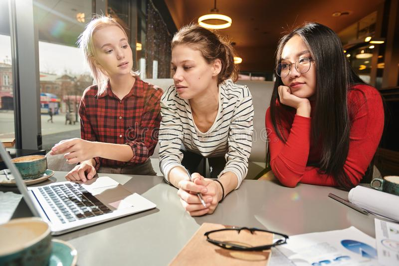 Universitaire studenten die met computer bestuderen royalty-vrije stock foto's