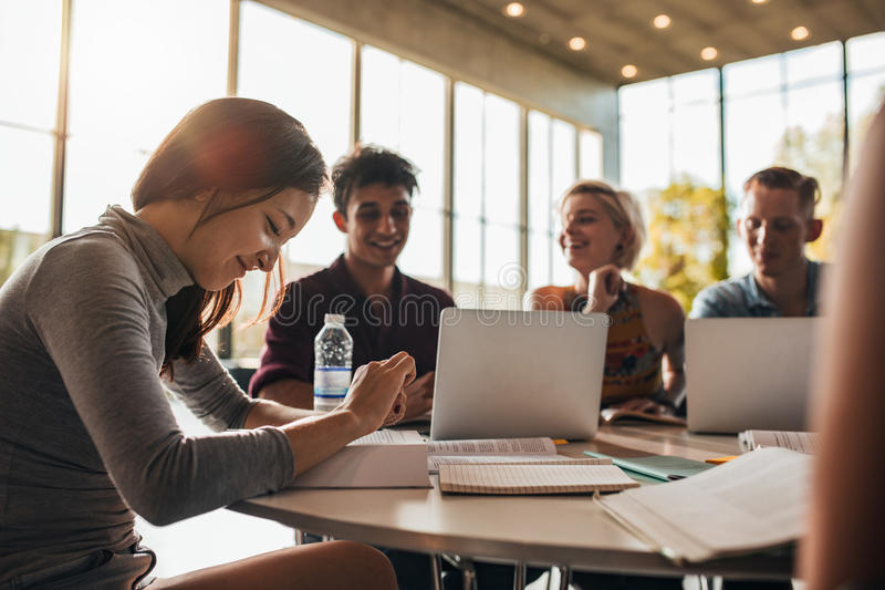 Universitaire studenten die samen in klasse bestuderen
