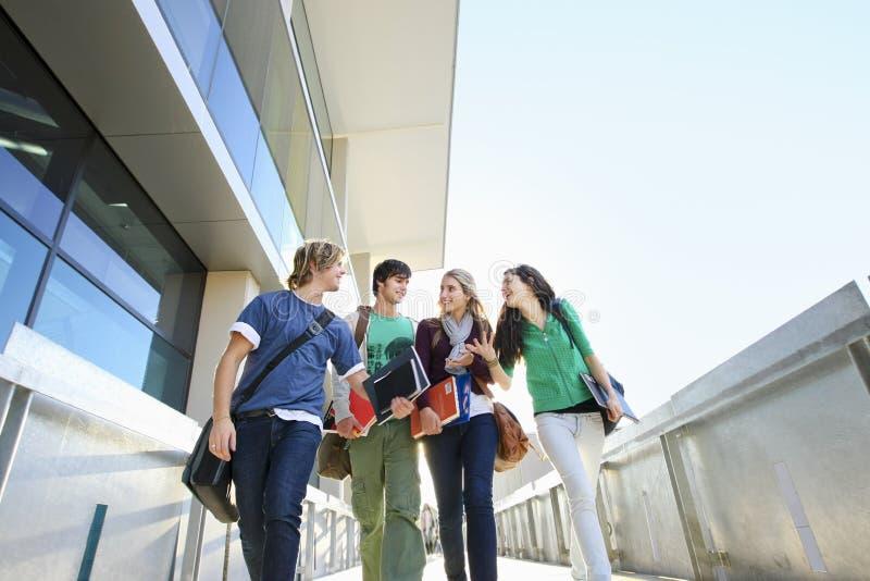 Universitaire Studenten op Campus stock foto's