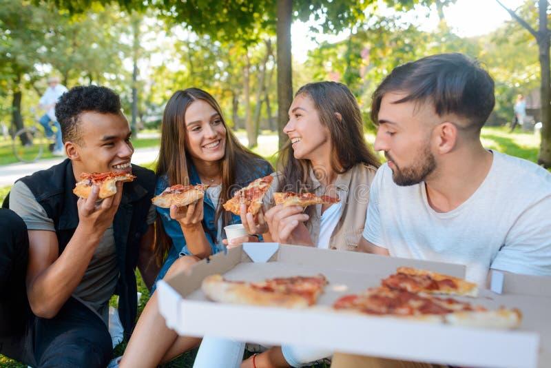 Universitaire vrienden die een lunch hebben royalty-vrije stock afbeeldingen