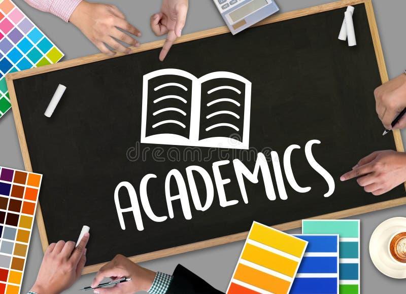 Universitaires au travail d'équipe de la connaissance d'école apprenant Academi s'exerçant photo stock