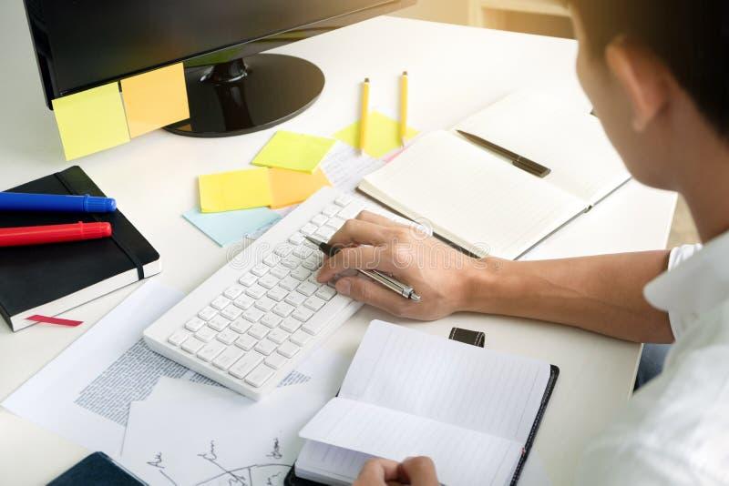 Universiteit/student die thuiswerk in klaslokaal doen, onderwijsconcept stock afbeelding