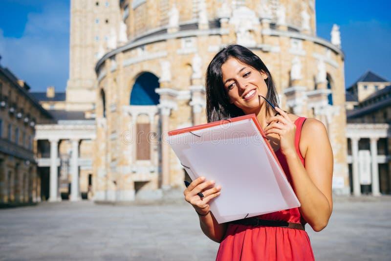 Universiteits mooie vrouwelijke student bij universiteit royalty-vrije stock afbeeldingen