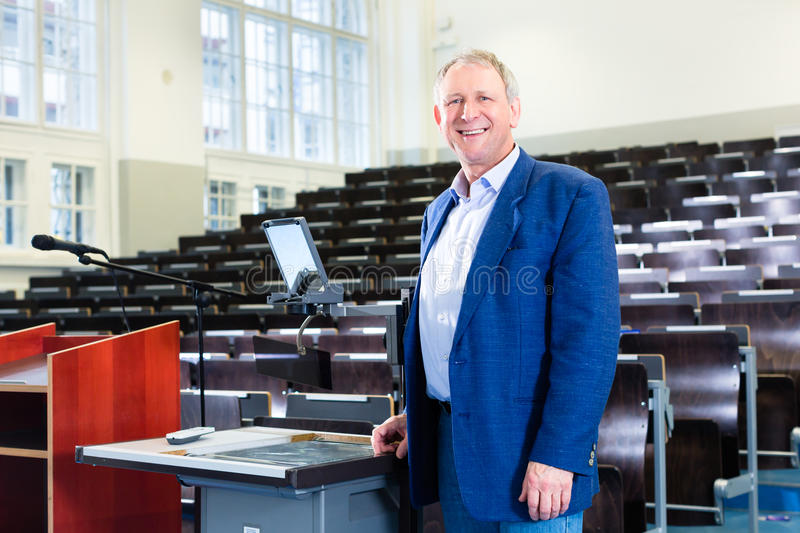 Universiteitsprofessor in auditorium royalty-vrije stock afbeelding