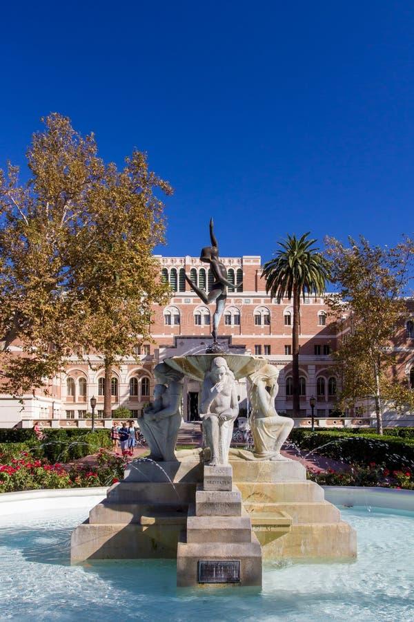 Universitet av den sydliga Kalifornien vattenspringbrunnen och statyn i f royaltyfria foton
