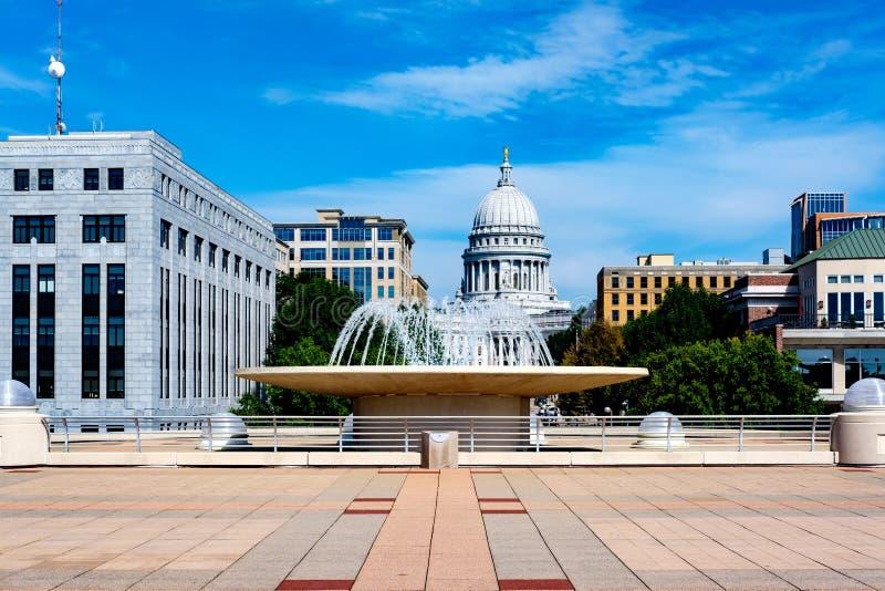 Universitet av Madison Wisconsin med statlig Kapitoliumbyggnad arkivbilder