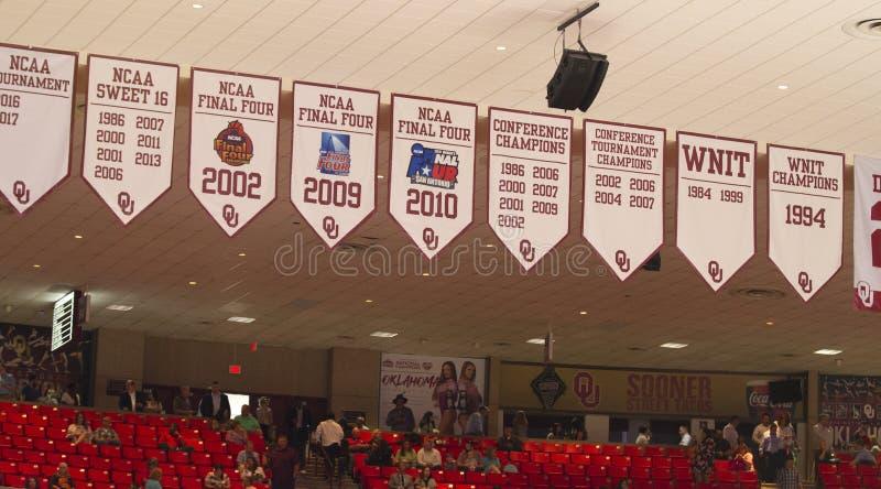 Universitet av Oklahoma Lloyd Noble Center, flaggor arkivbild