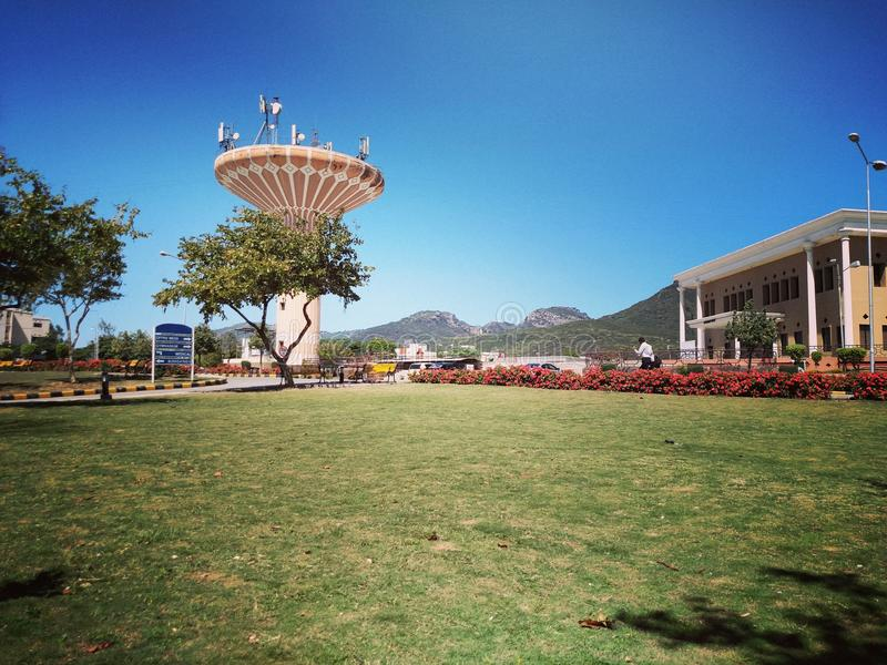 Universitet för nationellt försvar för kommunikationstorn royaltyfri foto