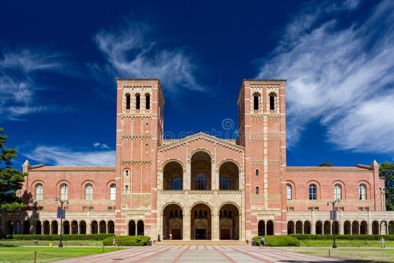 universitetar för ucla för torn för royce för lawn för korridor för universitetsområde för byggnad för arkitekturklockategelsten arkivbilder