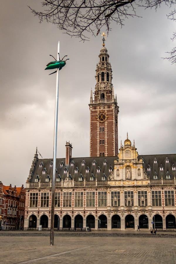 Universitetarkiv och totem, ett konstverk av Jan Fabre på den Ladeuzeplein fyrkanten i Leuven, Belgien royaltyfri bild