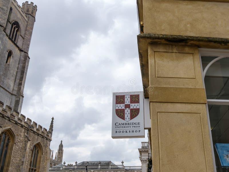 Universitetbokhandeltecken som ses i den berömda staden av Cambridge, Förenade kungariket arkivbild