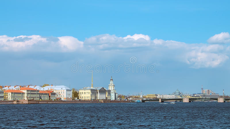 Universitetskaya-Damm in St Petersburg lizenzfreie stockfotografie