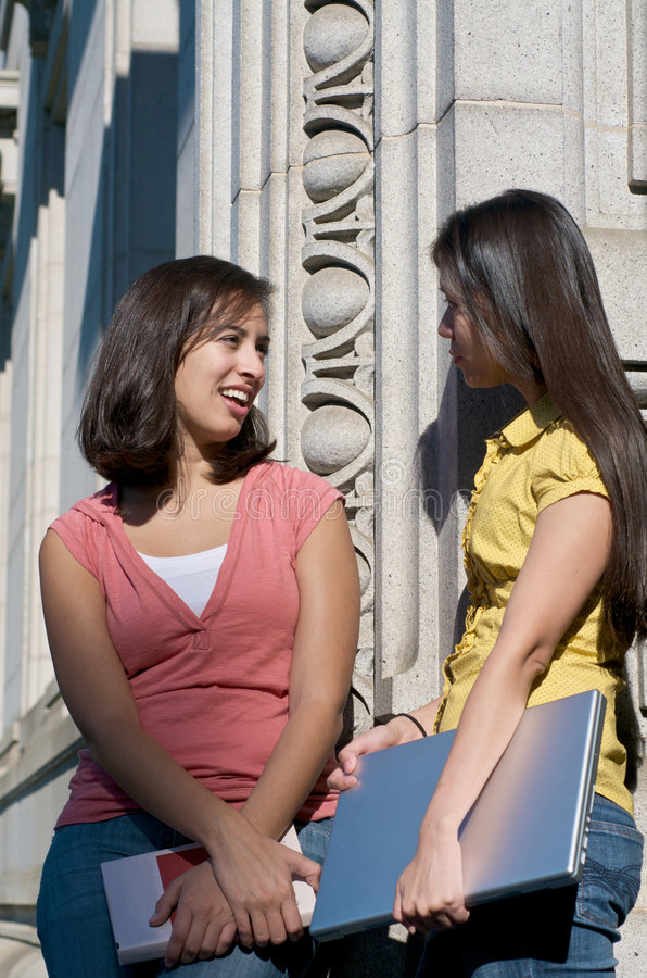 universitetsområdedeltagare som talar universitetar arkivfoto