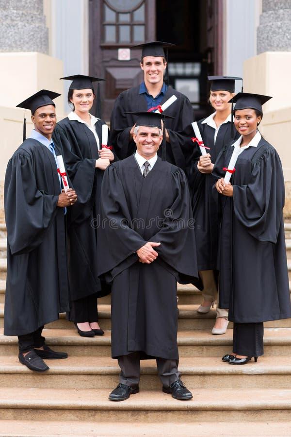 Universitetsprofessoravläggande av examen royaltyfri fotografi