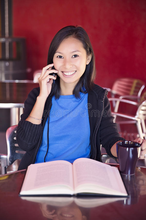Universitetsstudent på telefonen royaltyfri fotografi