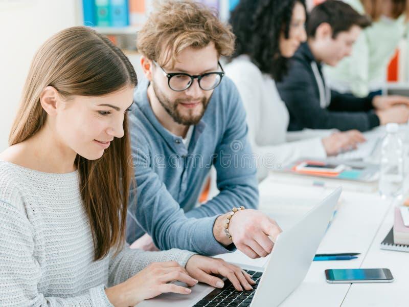 Universitetsstudenter som tillsammans studerar arkivbild