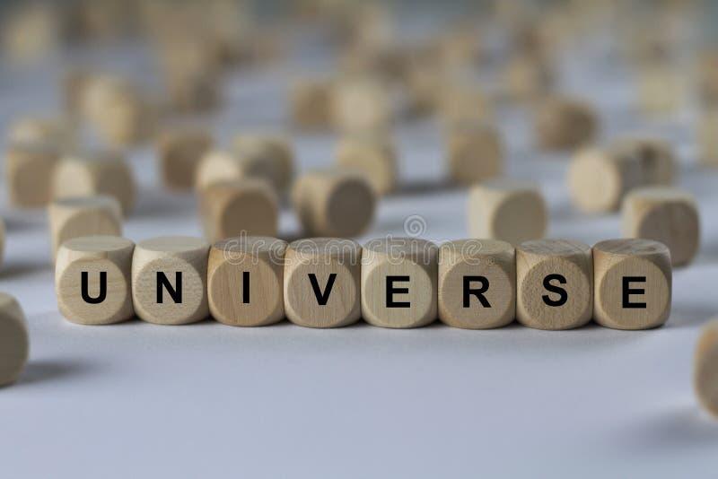 Universum - kub med bokstäver, tecken med träkuber arkivfoton