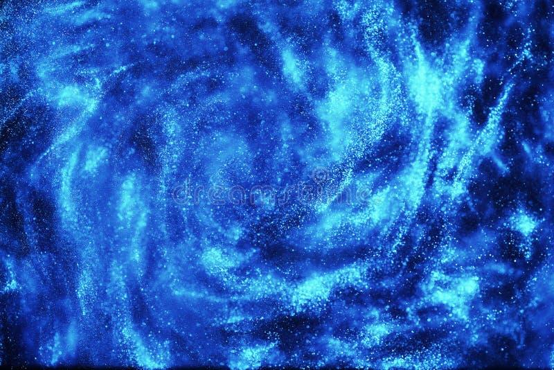 Universumet i en avlägsen galax med nebulosor och stjärnor arkivfoto