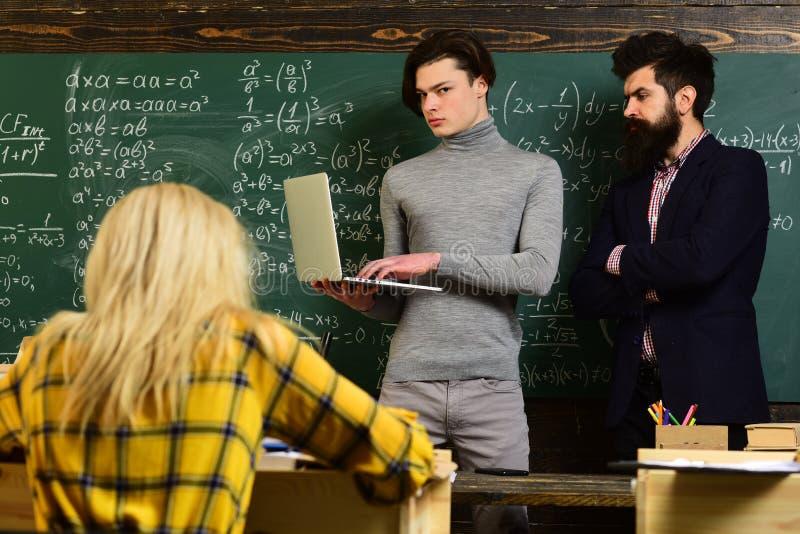 Uniwersyteccy studiowanie przyjaciele studiuje i czyta książki w sala lekcyjnej Nauczyciel reputacja jest złocista Uczeń budowa zdjęcia stock