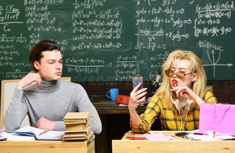 Uniwersyteccy studiowanie przyjaciele studiuje i czyta książki w sala lekcyjnej Nauczyciel reputacja jest złocista Uczeń budowa zdjęcia royalty free