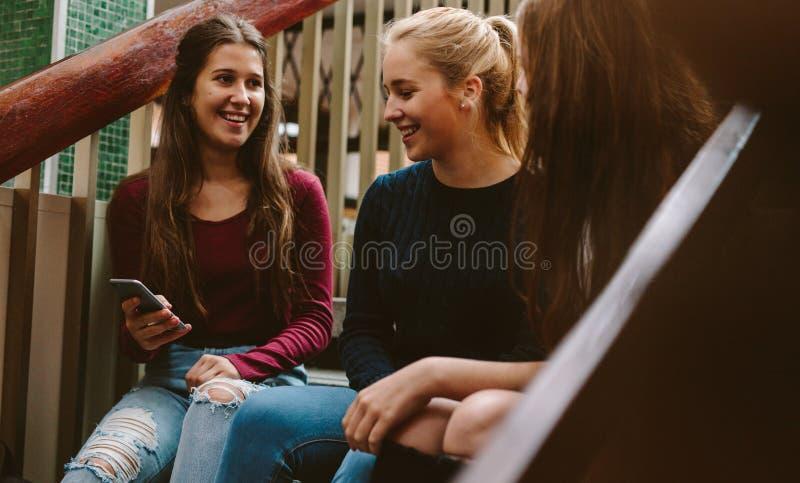 Uniwersyteckie dziewczyny na kampusie podczas przerwy obraz royalty free