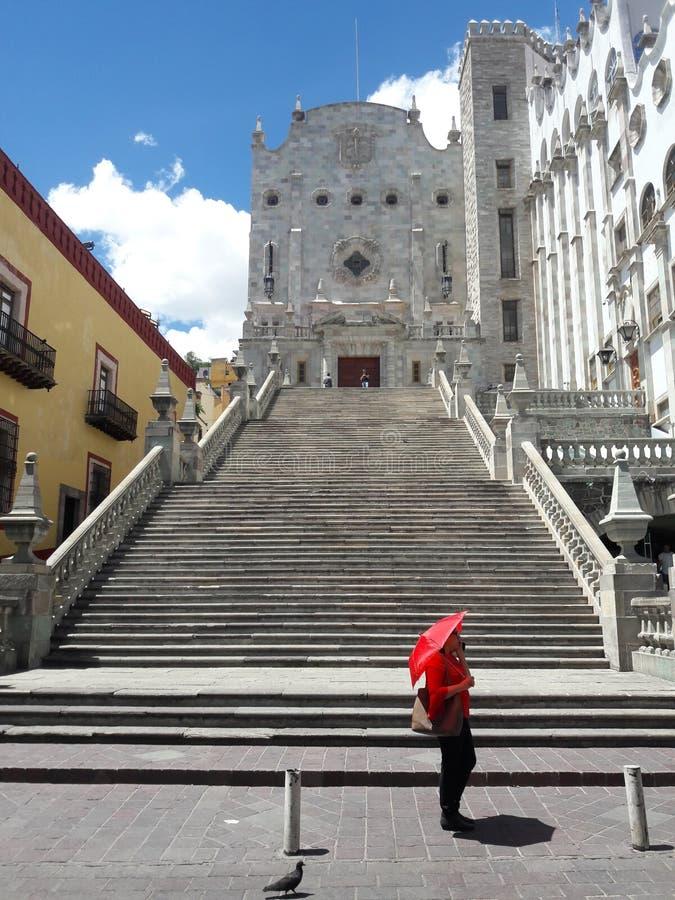Uniwersytet Guanajuato Meksyk Kroczy dziewczyny z czerwonym parasolem obraz royalty free