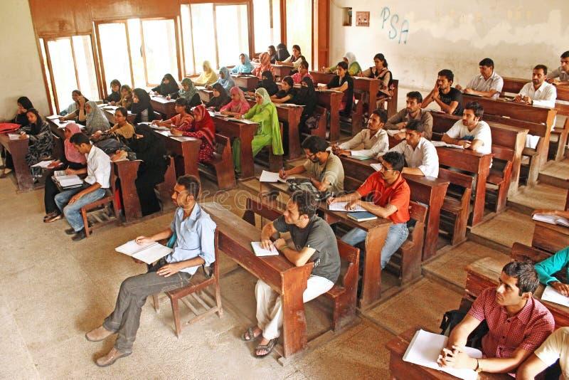 Uniwersytet Karachi - ucznie siedzą podczas wykładu obrazy stock