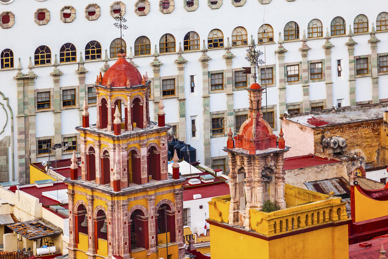 Uniwersytet Nasz dama Góruje iglicy bazylikę Guanajuato Meksyk zdjęcia stock