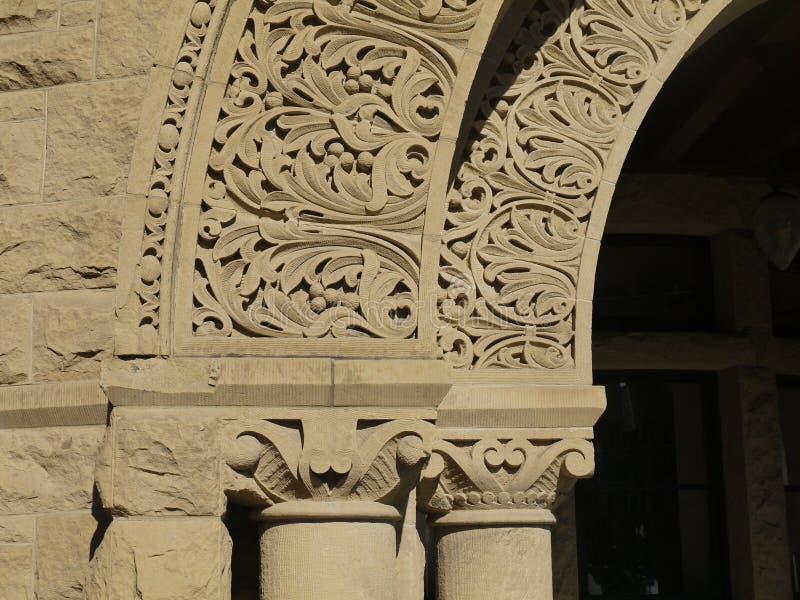 Uniwersytet Stanforda: arkada kamienia łuk z rzeźbiącym szczegółem obraz stock
