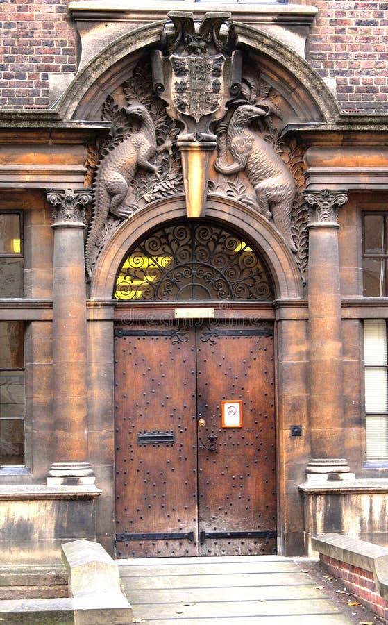 Uniwersytet W Cambridge drzwi z żakietem ręki obrazy stock