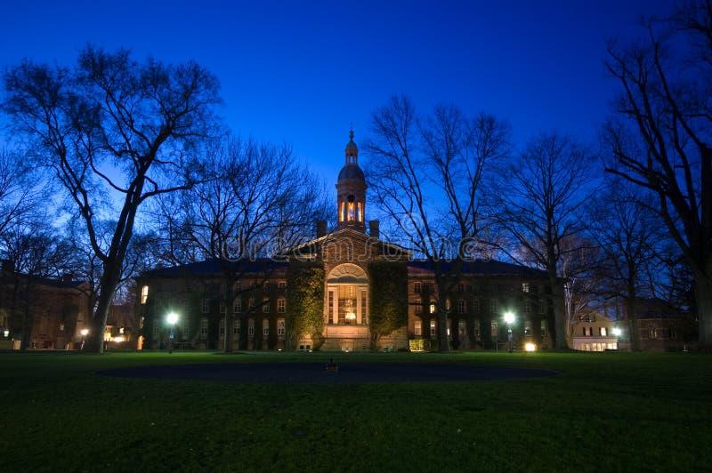 uniwersytet w nocy obrazy stock