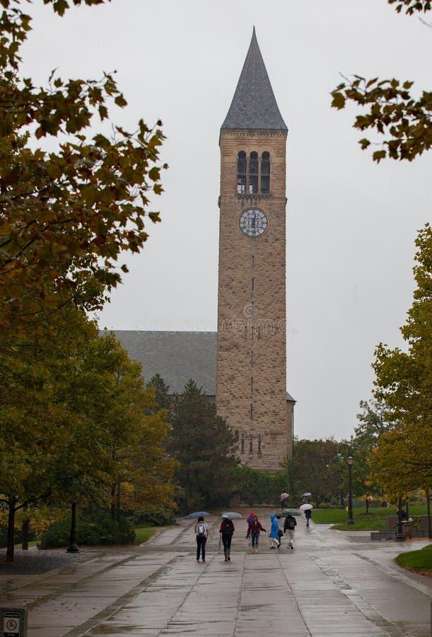 Uniwersyteta Cornell Zegarowy wierza na deszczowym dniu obraz royalty free