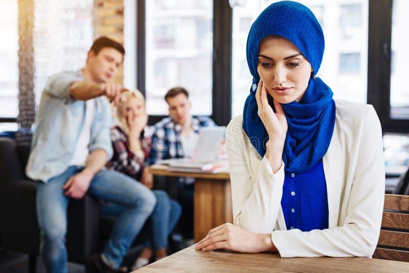 Unjustice muçulmano triste do sentimento da mulher da sociedade fotos de stock royalty free