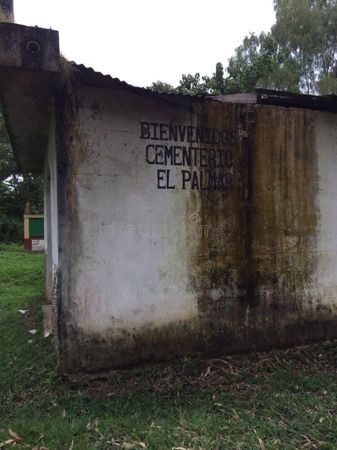 Unkept Kirchhof in Guatemala stockfoto