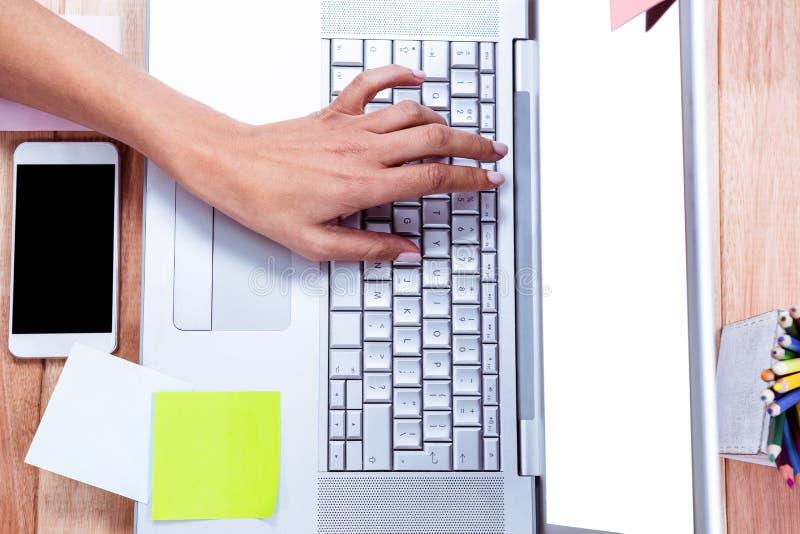 Unkosten der weiblichen Hand schreibend auf Laptop lizenzfreies stockbild