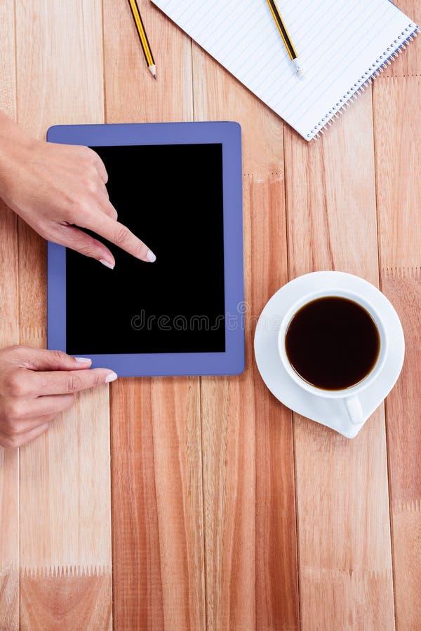 Unkosten der weiblichen Hand unter Verwendung der Tablette stockbilder