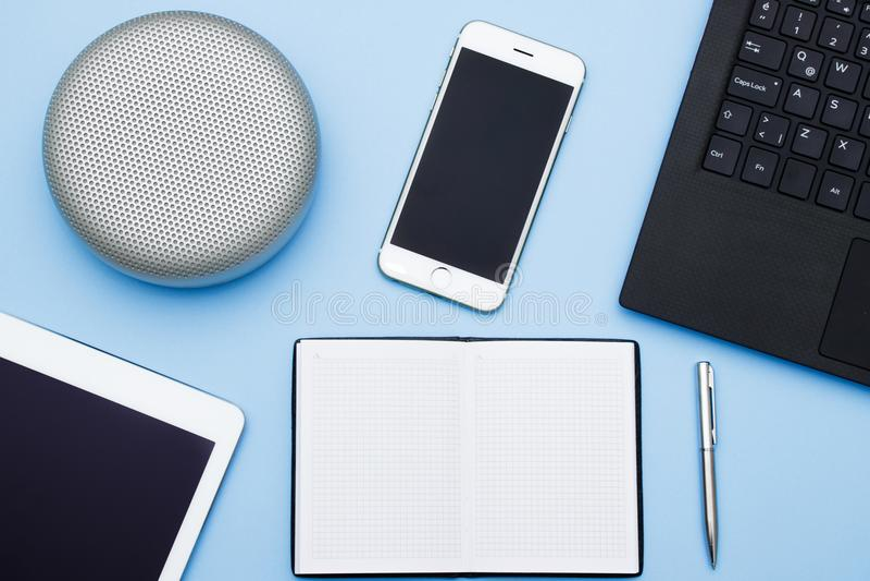 Unkosten des Bürotischs mit Laptop, Tabletten-PC, Mobiltelefon, spea stockbilder