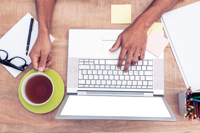 Unkosten des Geschäftsmannes schreibend auf Laptop stockfoto